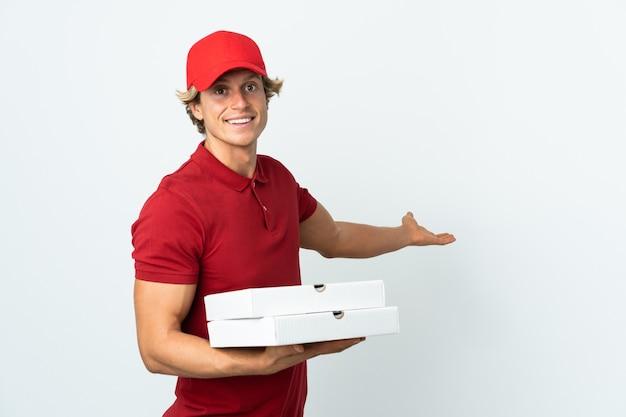 고립 된 흰 벽에 피자 배달 남자가 와서 초대하기 위해 손을 옆으로 확장