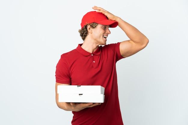 격리 된 흰 벽 위에 피자 배달원은 뭔가를 깨달았고 해결책을 의도했습니다.