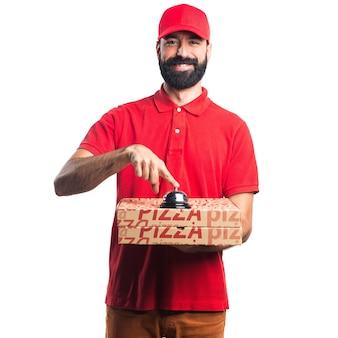 Человек доставки пиццы приветствует