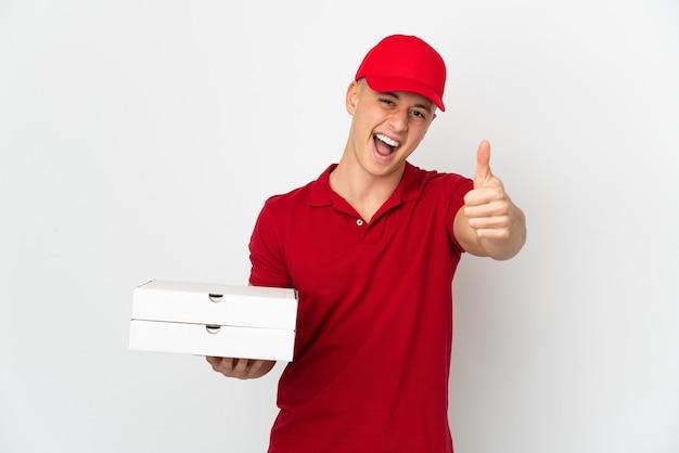 Доставщик пиццы в рабочей униформе собирает коробки для пиццы на белом фоне с большими пальцами руки вверх, потому что произошло что-то хорошее
