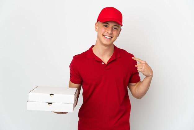 Доставщик пиццы в рабочей униформе собирает коробки для пиццы, изолированные на белом, показывая жест рукой вверх