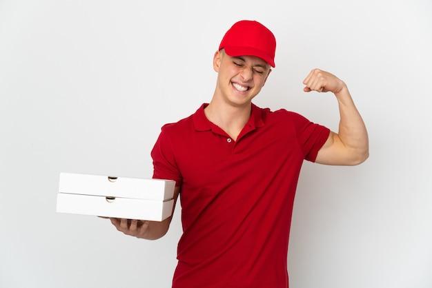 강한 제스처를 하 고 흰 벽에 고립 된 피자 상자를 따기 작업 제복을 가진 피자 배달 남자