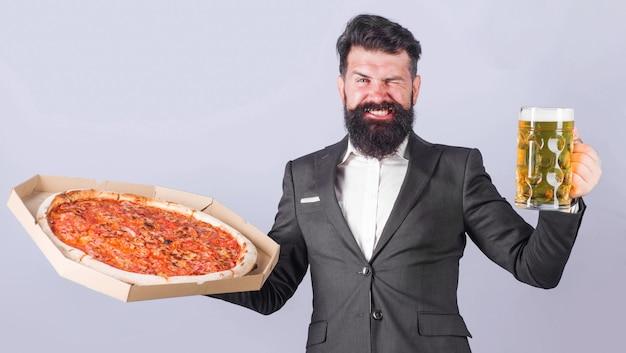 ピザの宅配。ピザとビールで笑顔の男。イタリア料理。ファストフード。
