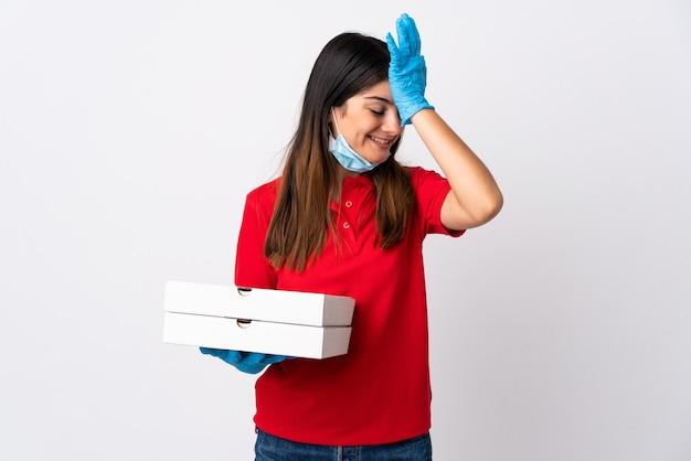 白で隔離されたピザを保持しているピザ配達の女性は何かを実現し、解決策を意図しています