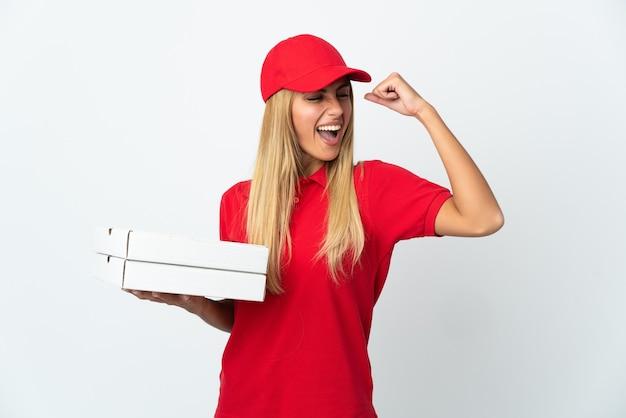 Женщина-доставщик пиццы, держащая пиццу, изолированную на белом пространстве, празднует победу