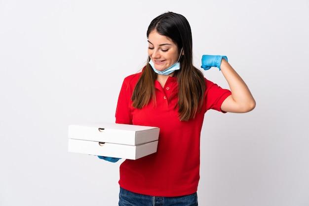 勝利を祝う白い壁に分離されたピザを保持しているピザ配達の女性