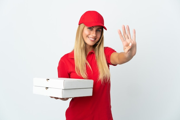 幸せな白でピザを保持し、指で4を数えるピザ配達の女性