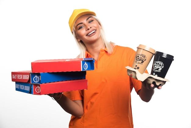 흰색 바탕에 피자와 커피를 들고 피자 배달 여자. 고품질 사진