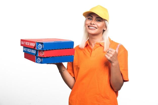 피자 배달 여자쪽으로 손가락을 가리키는 흰색 배경에 피자를 들고. 고품질 사진