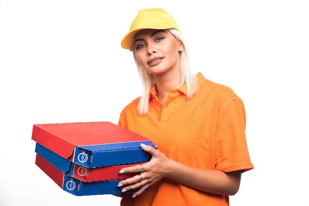 보는 동안 흰색 바탕에 피자를 들고 피자 배달 여자. 고품질 사진