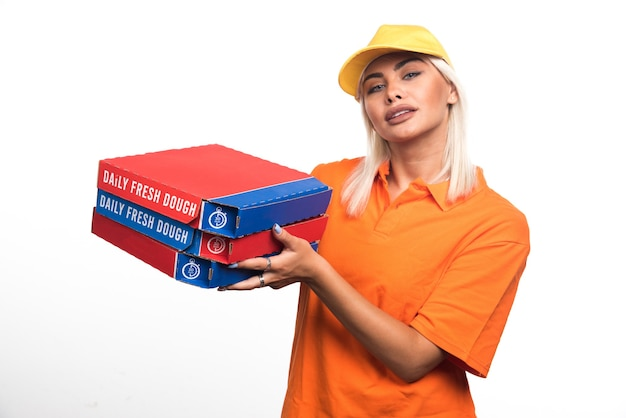 행복 한 표정으로 흰색 바탕에 피자를 들고 피자 배달 여자. 고품질 사진
