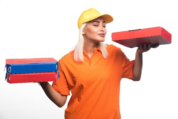 Pizza consegna donna tenendo la pizza su sfondo bianco mentre sorridendo. foto di alta qualità