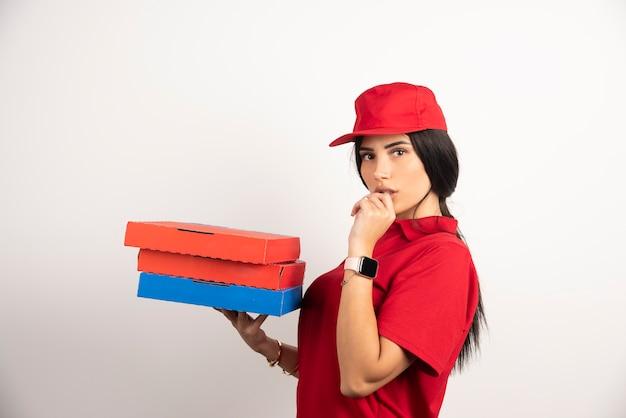 Donna che consegna la pizza pensando al suo errore.