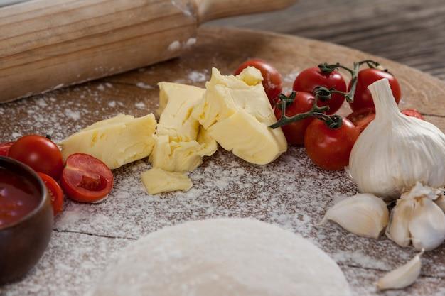 ピザ生地、小麦粉、麺棒、成分入り