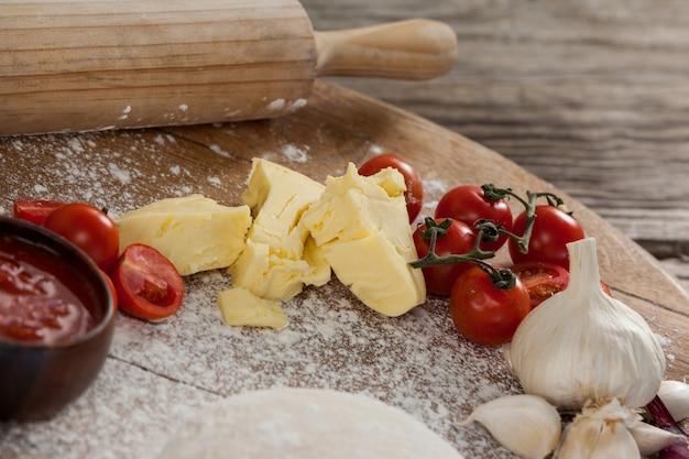 ピザ生地、小麦粉、麺棒、成分入り Premium写真