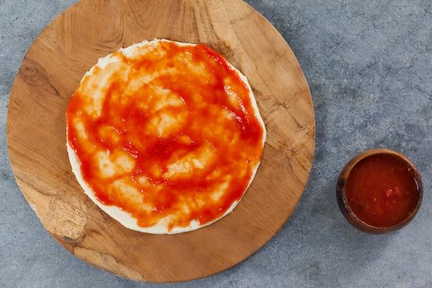 Тесто для пиццы с томатным соусом