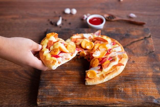 한편 피자 음식
