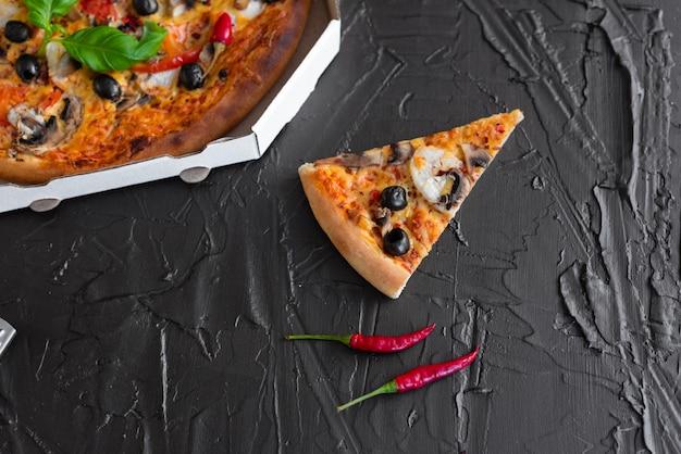 Пицца, еда, овощи. овощи, грибы и помидоры пицца на темном фоне