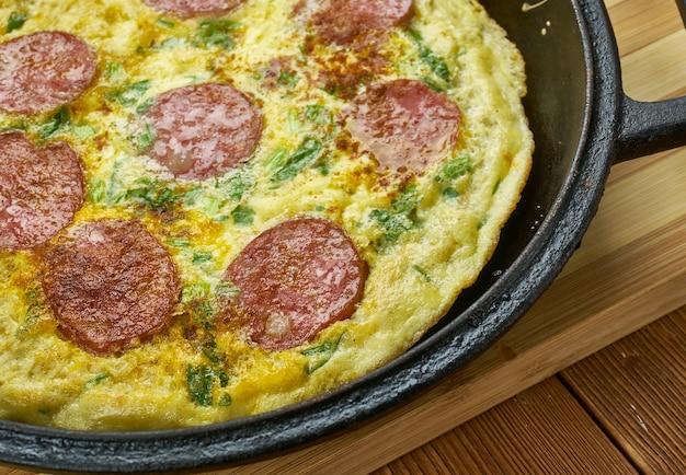 Пицца фриттата, различные сыры на основе фриттаты и сверху вкусная моцарелла и пепперони.
