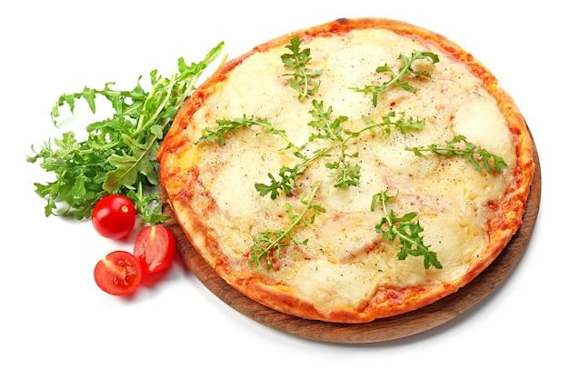 白い背景で隔離の野菜と木の板にチーズでいっぱいのピザ