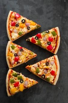 赤緑と黄色のピーマンを使った自家製ピザおいしいピザ