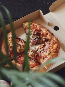 カートンボックスのピザ