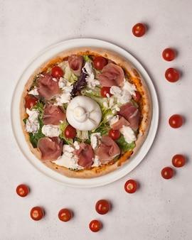 구색의 피자. 고기, 버섯, 토마토 및 기타 야채를 곁들인 피자 조각. 이탈리안 피자