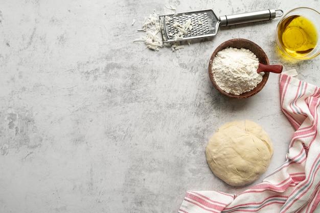 Assortimento di ingredienti per pizza con spazio di copia