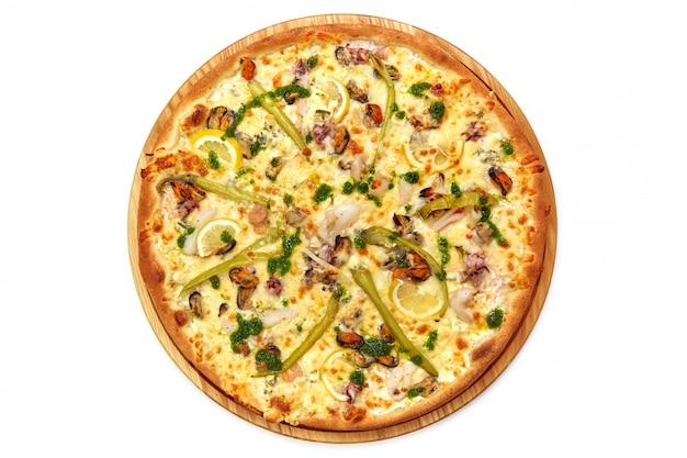 白い背景で隔離のピザ