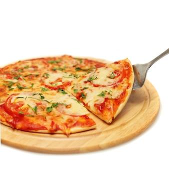 Пицца. итальянская кухня на белом фоне