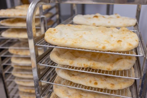 オーブンでグリーンオリーブとコショウとチーズでクローズアップを作るピザ