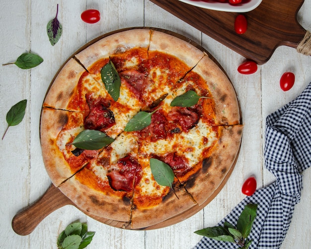 Пицца маргарита на столе