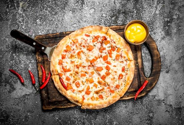 소스와 신선한 맥주를 곁들인 피자 마가리타.