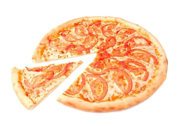마르게리타 피자. 모짜렐라 치즈와 토마토 조각. 피자에서 조각이 잘립니다. 흰색 배경. 외딴. 확대.