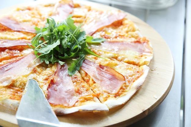 파르마 햄과 로켓을 곁들인 피자 마르게리타