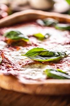 Пицца наполетана - томатный соус «наполи», моцарелла и базилик.