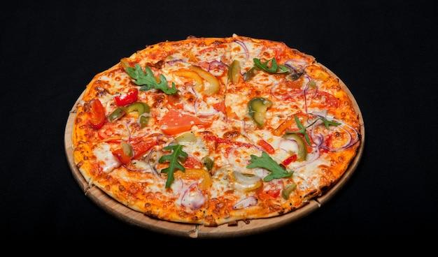 블랙에 나무 보드에 피자입니다.