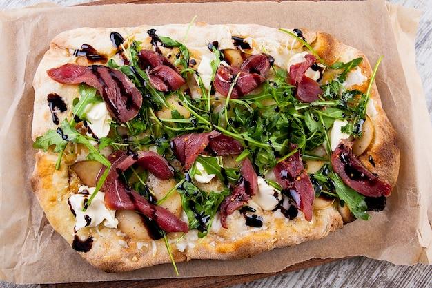 Пицца на пышном тесте с пармским грушевым сыром и творогом и бальзамическим соусом с рукколой