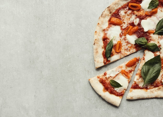 灰色の表面のピザ