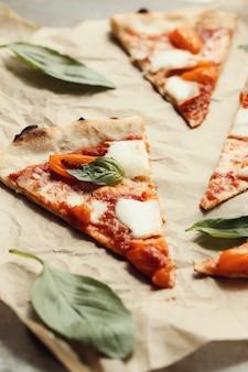 紙の上のピザ