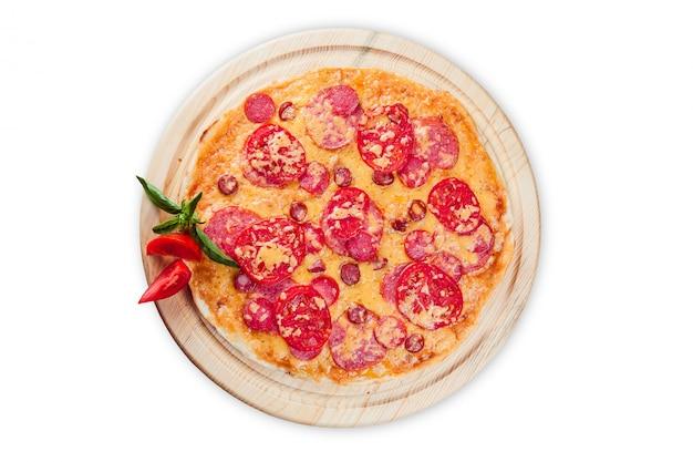 分離された白の丸い木の板にピザ