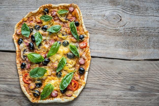 Пицца на деревянной доске