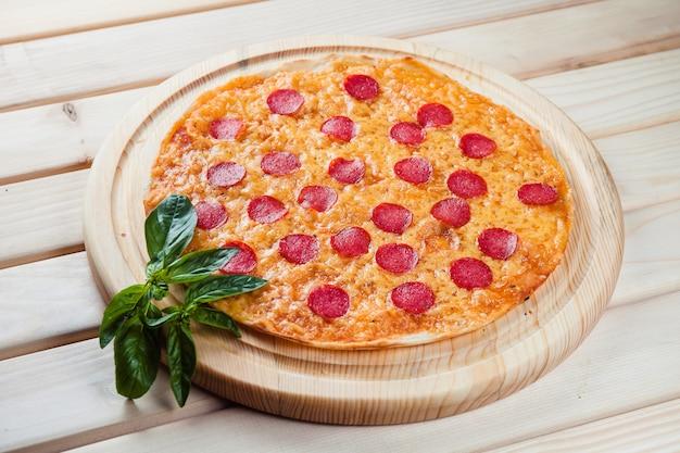木製テーブルトップビューでピザ
