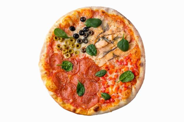 보기 위에 절연 흰색 배경에 피자입니다. 맛있는 수제 피자 평면도.