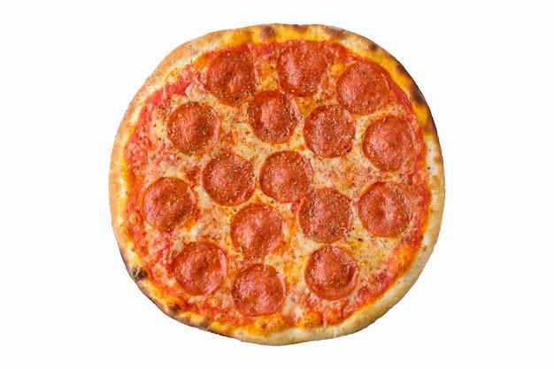 ビューの上に分離された白い背景の上のピザ。おいしい自家製ピザの上面図。