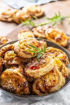 Рулетики для пиццы с начинкой из различных ингредиентов, прошутто, бекона, шпината, базилика, моцареллы или сыра пармезан.