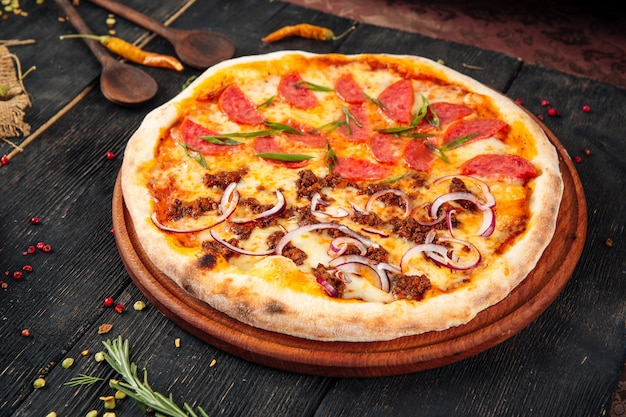 ピザソーセージの肉とタマネギの木製のテーブル