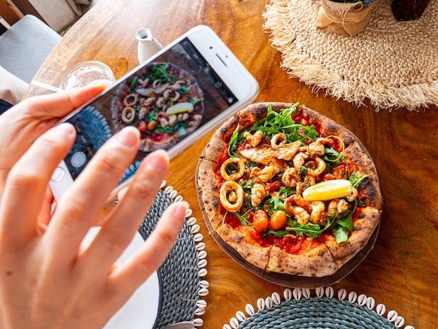 Пицца с морепродуктами вкусная по-итальянски. фотография еды.