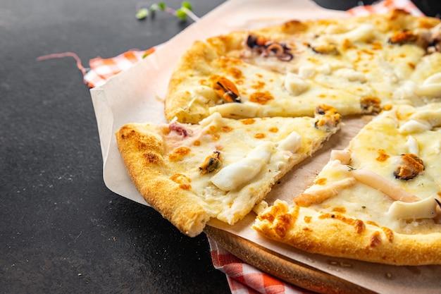 ピザシーフードムール貝エビタコホタテチーズ新鮮な部分食事スナックを食べる準備ができて