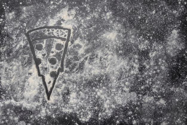 Форма пиццы из муки на сером столе с копией пространства